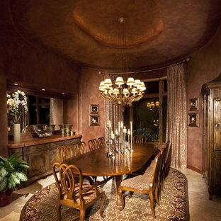 Imagen de comedor tradicional, de tamaño medio, cerrado, con paredes rojas, suelo de travertino y suelo beige
