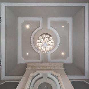 Modelo de comedor mediterráneo, extra grande, cerrado, con paredes beige, suelo de mármol, chimenea tradicional, marco de chimenea de piedra y suelo multicolor