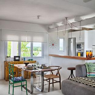 Diseño de comedor bohemio, de tamaño medio, abierto, sin chimenea, con paredes blancas y suelo de cemento