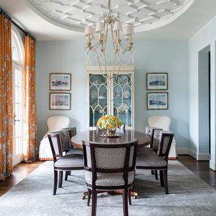 Modelo de comedor clásico, cerrado, sin chimenea, con paredes azules, suelo de madera oscura y suelo marrón