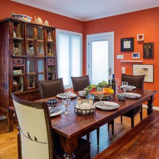 Идея дизайна: отдельная столовая среднего размера в стиле фьюжн с оранжевыми стенами и паркетным полом среднего тона