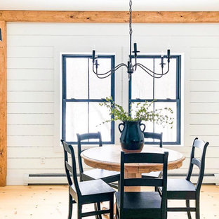 Неиссякаемый источник вдохновения для домашнего уюта: столовая среднего размера в стиле кантри с с кухонным уголком, белыми стенами, светлым паркетным полом, стандартным камином, фасадом камина из вагонки, бежевым полом и стенами из вагонки