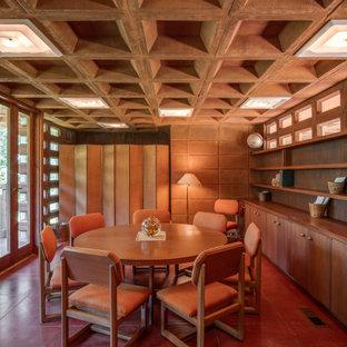 Foto di una sala da pranzo moderna con pareti marroni e pavimento rosso