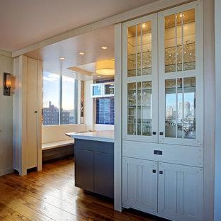 Imagen de comedor de cocina ecléctico, de tamaño medio, con paredes blancas, suelo de madera en tonos medios y suelo amarillo