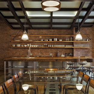 Foto på ett mellanstort industriellt kök med matplats, med mellanmörkt trägolv, röda väggar och brunt golv