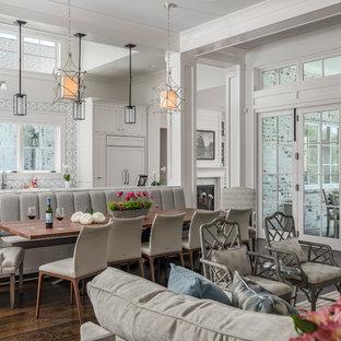 Идея дизайна: гостиная-столовая в стиле современная классика с белыми стенами и темным паркетным полом