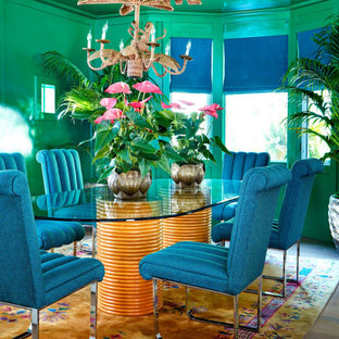 Ispirazione per una sala da pranzo tropicale con pareti verdi, parquet chiaro e nessun camino