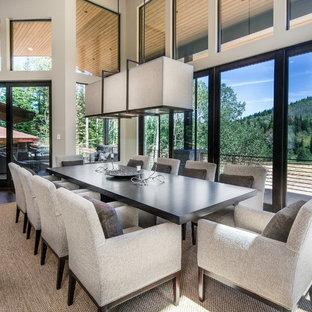 Ispirazione per una grande sala da pranzo contemporanea con pareti beige e moquette
