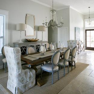 Immagine di una sala da pranzo aperta verso il soggiorno rustica di medie dimensioni con pareti grigie, pavimento in pietra calcarea e pavimento beige