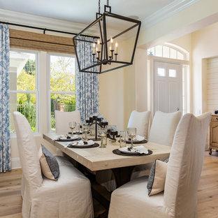 Esempio di una sala da pranzo stile marino chiusa e di medie dimensioni con pareti bianche, parquet chiaro, nessun camino e pavimento marrone