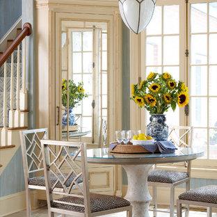 Inredning av ett kök med matplats, med blå väggar och travertin golv