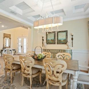 Idée de décoration pour une salle à manger avec un sol en bois clair, un plafond à caissons et boiseries.