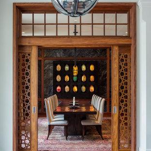 Exemple d'une salle à manger asiatique fermée avec un mur gris, un sol en bois brun et un sol marron.
