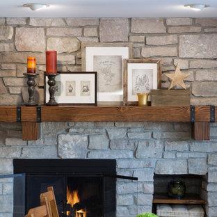Immagine di una sala da pranzo aperta verso la cucina di medie dimensioni con pareti beige, pavimento in linoleum, camino classico, cornice del camino in pietra e pavimento beige