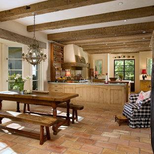 Diseño de comedor de cocina extra grande con suelo de baldosas de terracota