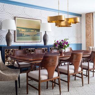 Esempio di una sala da pranzo aperta verso il soggiorno boho chic di medie dimensioni con pareti multicolore, pavimento in legno massello medio e pavimento marrone