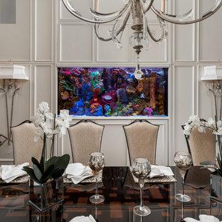 Diseño de comedor minimalista, grande, cerrado, con paredes beige, suelo de mármol y suelo blanco