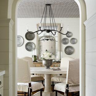 Diseño de comedor clásico, de tamaño medio, cerrado, sin chimenea, con paredes blancas, suelo de madera en tonos medios y suelo marrón