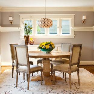 Ispirazione per una sala da pranzo american style con parquet scuro e pareti beige