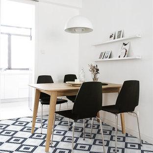 Imagen de comedor nórdico con suelo de baldosas de porcelana y suelo azul