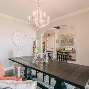 Geschlossenes, Mittelgroßes Shabby-Chic Esszimmer mit grauer Wandfarbe und dunklem Holzboden in Nashville