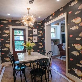 Idee per una grande sala da pranzo aperta verso il soggiorno boho chic con pareti multicolore, pavimento in legno massello medio e nessun camino