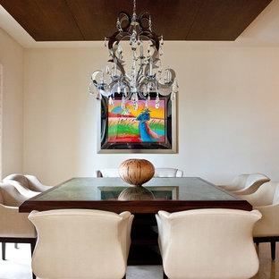 Modelo de comedor clásico renovado, de tamaño medio, cerrado, sin chimenea, con paredes beige, suelo de mármol y suelo marrón