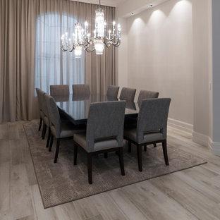 Immagine di una grande sala da pranzo minimalista chiusa con pareti beige e pavimento in gres porcellanato
