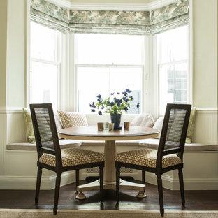 Cette photo montre une salle à manger chic avec un sol en bois foncé.