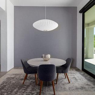 Idéer för stora funkis matplatser med öppen planlösning, med grå väggar, klinkergolv i porslin, en standard öppen spis, en spiselkrans i trä och grönt golv