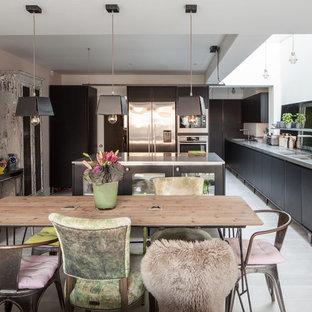 Offenes, Großes Stilmix Esszimmer mit weißer Wandfarbe und hellem Holzboden in London