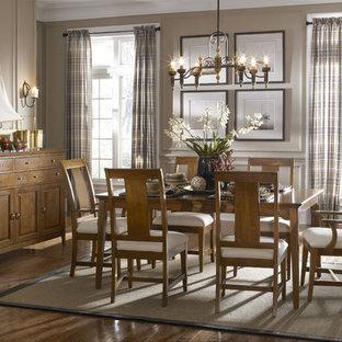 Aménagement d'une salle à manger éclectique avec un mur marron et un sol en bois brun.