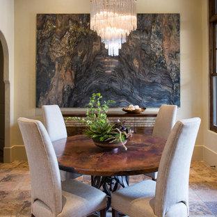 Пример оригинального дизайна интерьера: кухня-столовая среднего размера в стиле современная классика с бежевыми стенами и полом из керамической плитки без камина