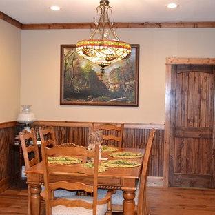 Imagen de comedor de cocina rural, pequeño, sin chimenea, con paredes beige y suelo de madera en tonos medios