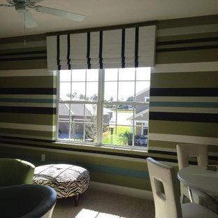 Idee per una sala da pranzo minimal chiusa e di medie dimensioni con pareti verdi, moquette, nessun camino e pavimento beige
