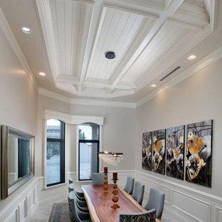 Idee per una grande sala da pranzo stile americano chiusa con pareti grigie, nessun camino, moquette e pavimento grigio