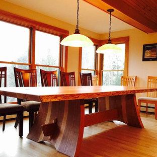 Imagen de comedor actual, grande, abierto, sin chimenea, con paredes beige, suelo de madera clara y suelo beige
