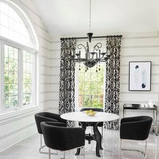 Idee per una sala da pranzo tradizionale con pareti multicolore e pavimento bianco