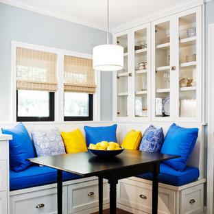 Foto di una sala da pranzo stile marinaro con pareti blu, parquet scuro e pavimento marrone