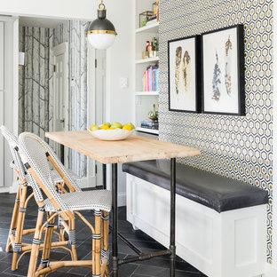 Immagine di una piccola sala da pranzo classica con pavimento in ardesia e pareti multicolore