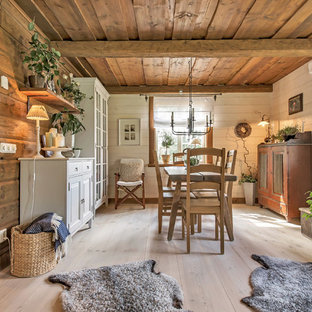 Inspiration för mellanstora lantliga matplatser med öppen planlösning, med beige väggar och ljust trägolv