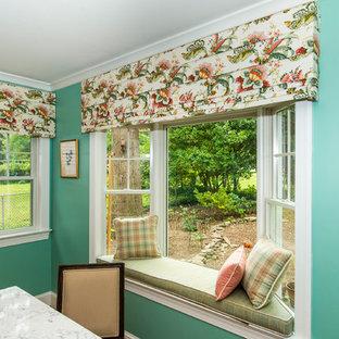 Immagine di una piccola sala da pranzo aperta verso il soggiorno classica con pareti blu, pavimento in legno massello medio, nessun camino e pavimento marrone