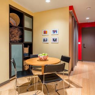 Foto di una piccola sala da pranzo aperta verso la cucina design con pareti gialle, pavimento in bambù e pavimento giallo