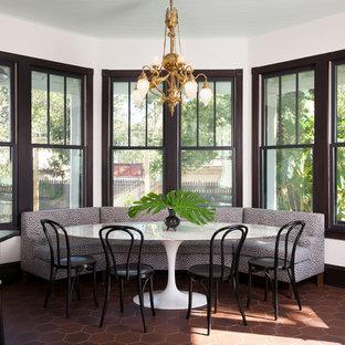 Idéer för eklektiska kök med matplatser, med vita väggar och brunt golv