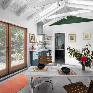 ロサンゼルスの小さいビーチスタイルのおしゃれなダイニングキッチン (白い壁、コンクリートの床、グレーの床) の写真