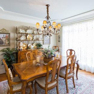 Diseño de comedor clásico, de tamaño medio, con paredes beige y suelo de madera en tonos medios