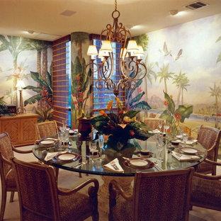 Geschlossenes, Großes Tropenstil Esszimmer ohne Kamin mit bunten Wänden, Teppichboden und weißem Boden in Miami