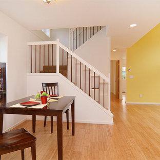 Ispirazione per una sala da pranzo aperta verso il soggiorno stile americano di medie dimensioni con pavimento in bambù