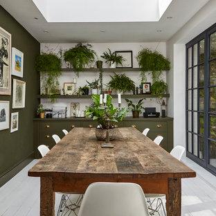 На фото: столовая в стиле неоклассика (современная классика) с зелеными стенами, деревянным полом и белым полом с