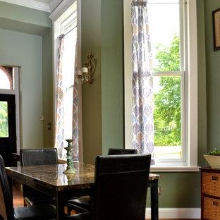 Новые идеи обустройства дома: маленькая кухня-столовая в классическом стиле с зелеными стенами, паркетным полом среднего тона и зеленым полом без камина